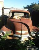 Carro velho da sucata com gato Imagem de Stock Royalty Free