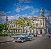 Carro velho de Havana por edifícios do Capitólio Fotografia de Stock Royalty Free