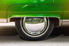 Carro velho do verde do vintage da roda de carro Imagens de Stock Royalty Free