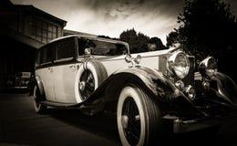 Carro velho do vintage e céu azul Fotografia de Stock