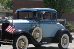 Carro velho do vintage e céu azul fotografia de stock royalty free