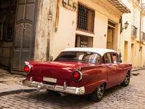 Carro velho e clássico vermelho traseiro na estrada de Havana Cuba idosa Fotografia de Stock