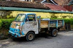 Carro velho e oxidado do caminhão em Jogjakarta Indonésia fotografia de stock