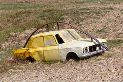 Carro velho em um curso de obstáculo imagem de stock