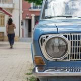 Carro velho estacionado na capital de Argostoli de Kefalonia Grécia foto de stock royalty free