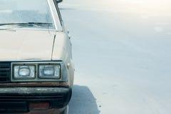 Carro velho na estrada Fotos de Stock Royalty Free