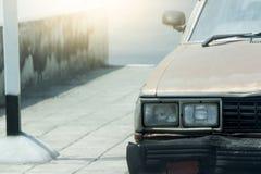 Carro velho na estrada Imagem de Stock