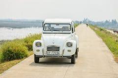 Carro velho na estrada em Hanoi, Vietname o 12 de dezembro de 2016 Imagens de Stock