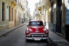 Carro velho no backstreet do centro Havana Imagens de Stock