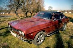 Carro velho no quintal. fotografia de stock royalty free