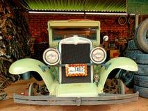 Carro velho nostálgico sob o reparo dentro de uma garagem foto de stock