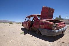 Carro velho vermelho abandonado de Peugeot no ruta 40, Argentina Foto de Stock