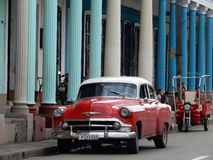 CARRO VELHO VERMELHO E TÁXI VERMELHO, CIENFUEGOS, CUBA fotografia de stock
