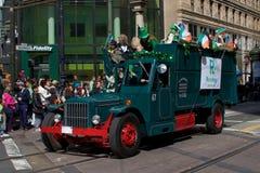 Carro verde viejo en el desfile de San Patricio Imagenes de archivo