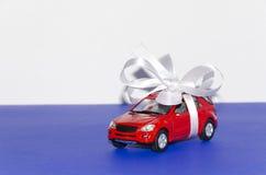 Carro vermelho, amarrado com fita branca fotos de stock royalty free