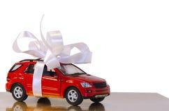 Carro vermelho, amarrado com fita branca imagens de stock royalty free