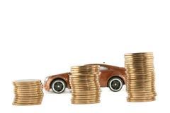 Carro vermelho atrás das pilhas crescentes das moedas Fotos de Stock Royalty Free