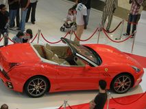 Carro vermelho brandnew de ferrari na alameda de Dubai Foto de Stock Royalty Free