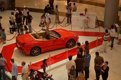 Carro vermelho brandnew de ferrari na alameda de Dubai Imagens de Stock