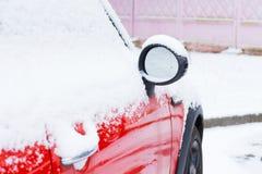Carro vermelho coberto após a queda de neve Foto de Stock Royalty Free