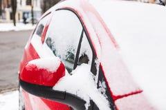 Carro vermelho coberto de neve imagens de stock royalty free