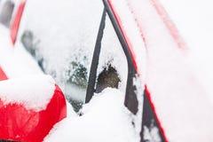 Carro vermelho coberto de neve fotos de stock royalty free