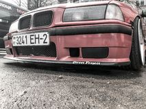 Carro vermelho desportivo de BMW com as rodas de competência grandes bonitas com afastamento à terra muito baixo no molde brilhan imagens de stock royalty free