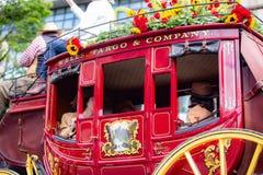 Carro vermelho do transporte do vintage com ` Wells Fargo & sinal do ` da empresa nele imagens de stock royalty free