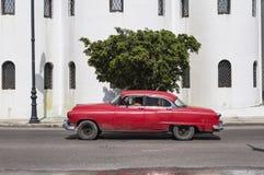 Carro vermelho em Havana velho, Cuba Imagens de Stock Royalty Free