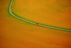 Carro vermelho em uma estrada curvada foto de stock royalty free