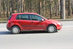 Carro vermelho em uma rua da cidade Foto de Stock Royalty Free