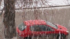 Carro vermelho estacionado A vista da janela na rua Os carros de passagem Forest Glade filme