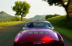 Carro vermelho na estrada fotografia de stock