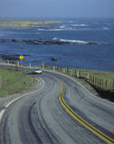 Carro vermelho na estrada da Costa do Pacífico, CA Foto de Stock