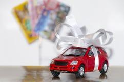 Carro vermelho na fita branca foto de stock royalty free