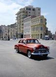 Carro vermelho velho em Havana, Cuba Imagem de Stock
