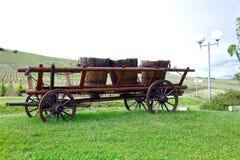 Carro viejo con el barril de vino fotos de archivo