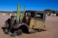 Carro viejo con el cacto Fotografía de archivo libre de regalías