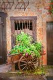 Carro viejo con las flores Foto de archivo libre de regalías