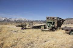 Carro viejo de la granja en un campo de los desperdicios Foto de archivo