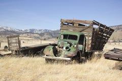 Carro viejo de la granja en un campo de los desperdicios imagenes de archivo