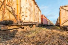 Carro viejo de la mina de la perspectiva de la rana para la explotación minera de la turba Fotografía de archivo