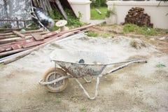Carro viejo del mortero en emplazamiento de la obra Imágenes de archivo libres de regalías