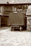 Carro viejo en patio Imagenes de archivo
