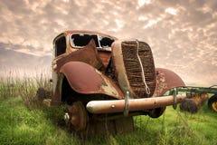 Carro viejo oxidado en campo Imagenes de archivo