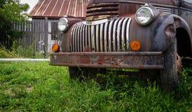 Carro viejo oxidado en campo de granja Fotografía de archivo libre de regalías