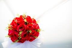 Carro Wedding decorado Decoração do casamento no carro do casamento Carro luxuoso do casamento decorado com flores foto de stock royalty free