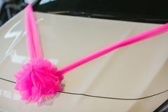 Carro Wedding decorado Decora??o do casamento no carro do casamento Carro luxuoso do casamento decorado com flores apenas sinal c fotos de stock