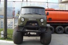 Carro 4x4 de SUV do veículo na estrada Imagens de Stock