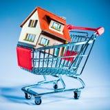 Carro y casa de compras Foto de archivo libre de regalías
